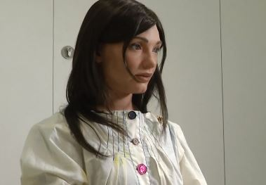 Un robot con forma de mujer es quién ha expuesto sus obras de arte en Oxford
